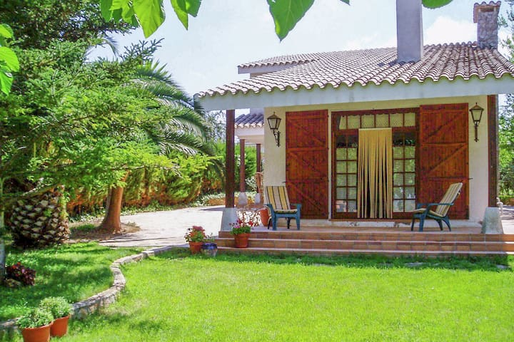 Holidays rural setting with large private garden.