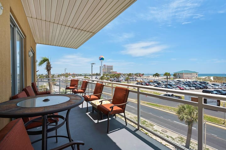 Beautifully Centrally Located 4 bedroom/4 bathroom condo with an elevator!