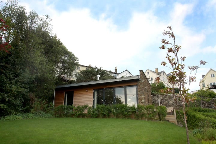 New Salcombe retreat for 2, overlooking the sea