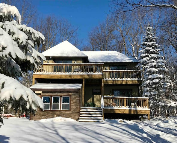 SKI! 4 b'rms, 2.5 bath sleeps 12, LINENS SUPPLIED