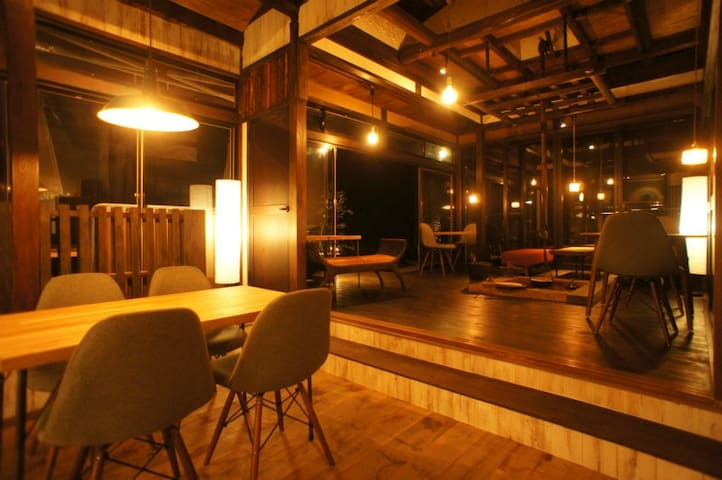 Cafe area (night)