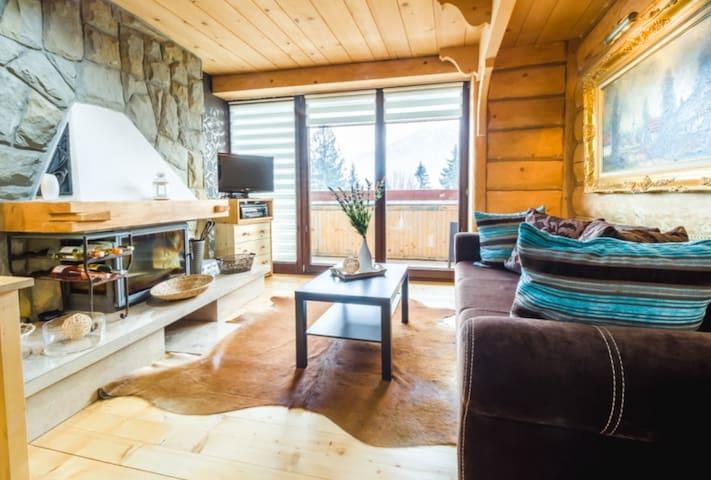 Klimatyczny, ciepły apartament urządzony w górskim stylu z drewnianymi akcentami