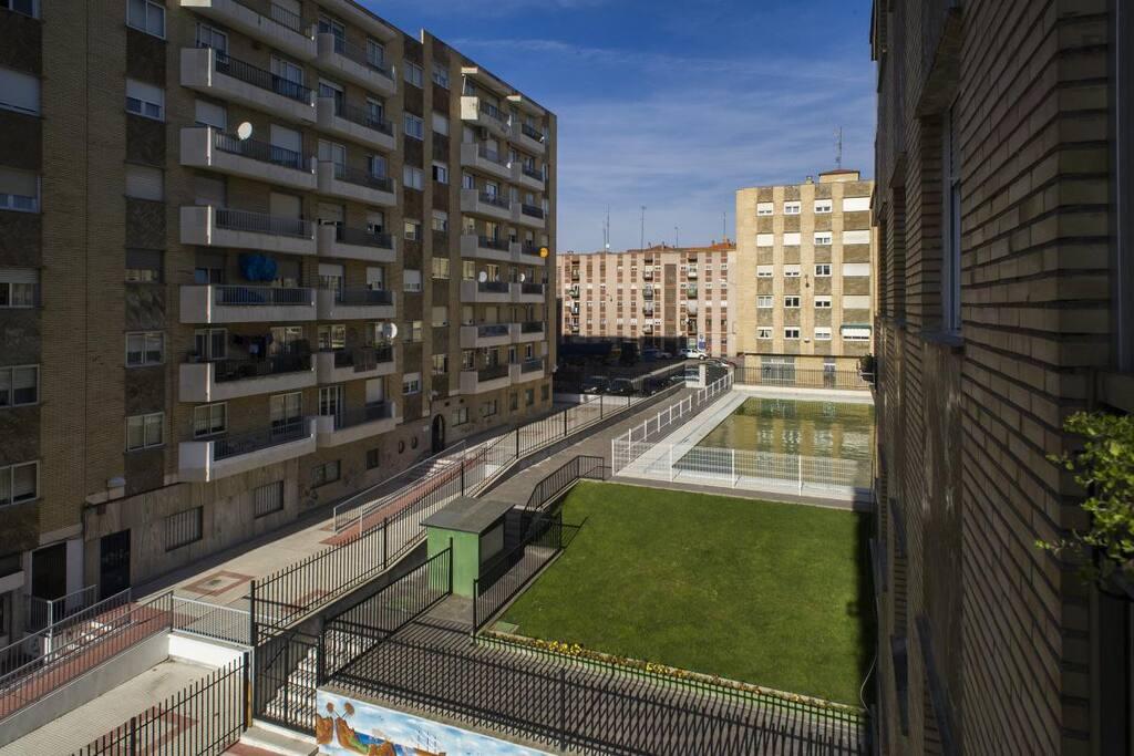 Vistas a la piscina (sólo abierta en verano) desde el balcón