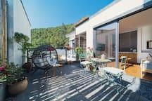 房源区域 - 从进房源的院门看院子及客厅。