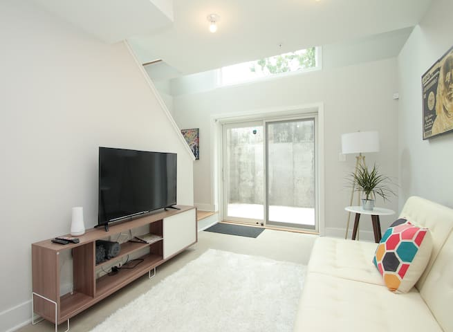 Outstanding! Bright+Colorful! 2Bed/1.5 Bath!