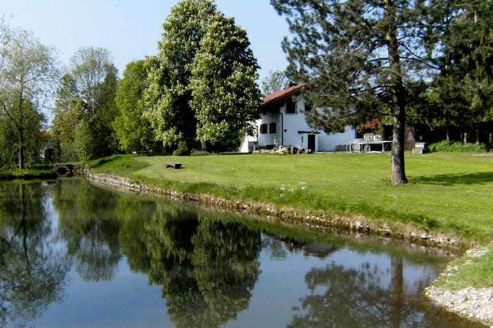 """Haus mit See"", Sauna, Whirlpool and Games Room"
