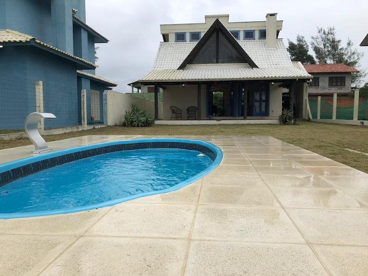 Linda casa com piscina na beira mar
