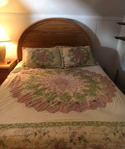 Day Trippers Delight!  Single room/ Queen bed. - House