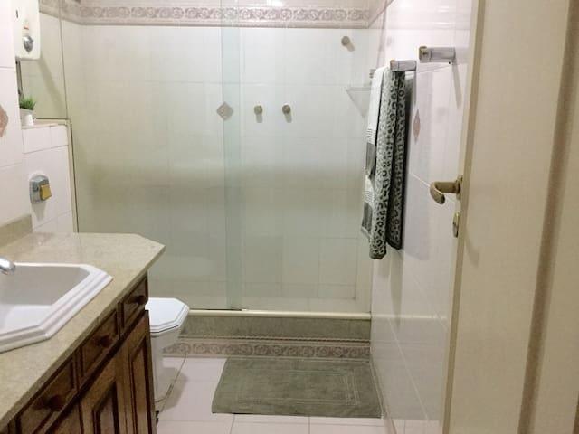 Banheiro 2 com ducha. Visão frontal