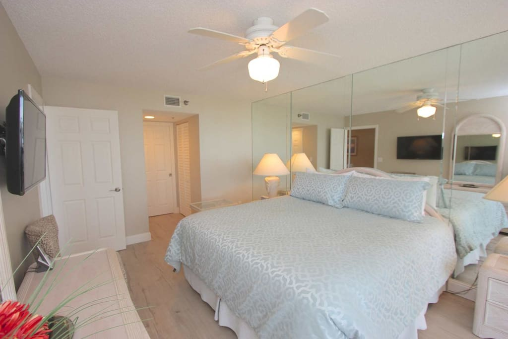 Master Bedroom with King Bed/Cable TV/Luxurious Private Master Bathroom