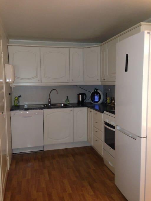 Kjøkken med kombi kjøleskap kjøl/frys, oppvaskmaskin, komfyr og kaffemaskin (Dolce Gusto)