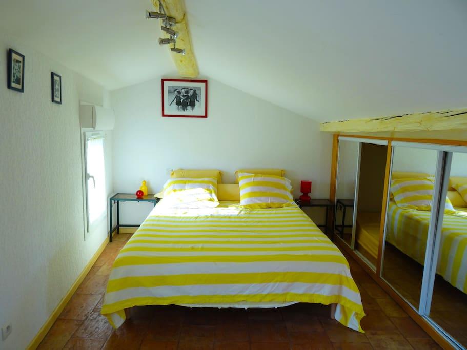 Chambre avec lit en 160 cm, grand rangement en alcôve