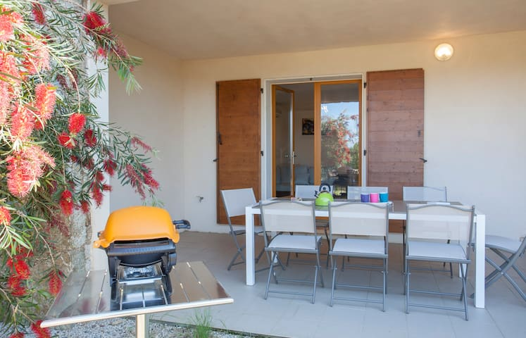Sur la terrasse du rez-de jardin, nous attendons l'apéritif. Le barbecue est prêt.