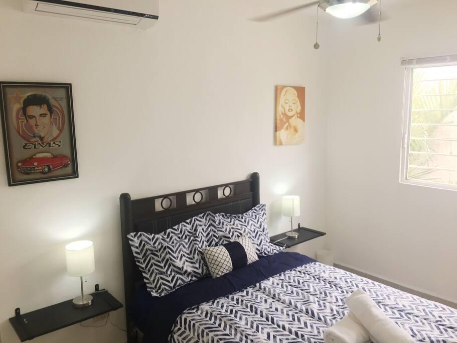 Una habitación privada con una cama matrimonial y opción de poner una hamaca.