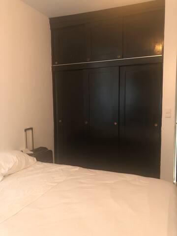 Cómoda habitación cn escritorio, Wifi, a/c, closet