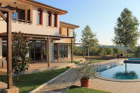 Villa 'Deuce'. Pool, Spa, Tennis & Beautiful Views