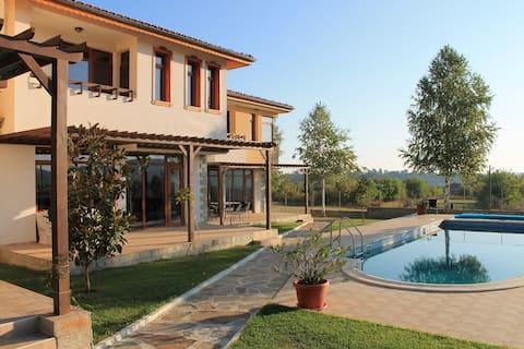 Villa 'Deuce'. Pool, Spa, Tennis & Beautiful Views