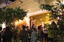 En la misma cuadra puedes encontrar foros de teatro, cafés, bares y museos