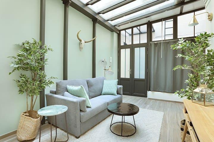 salon très moderne avec un canapé lit
