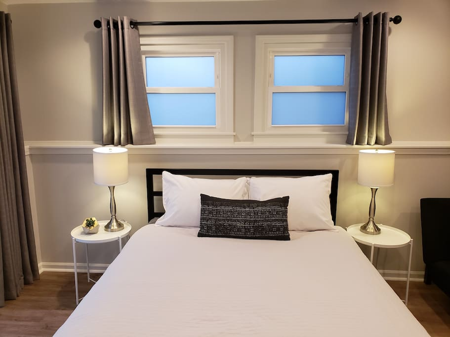 Queen size bed with end tables and lamps