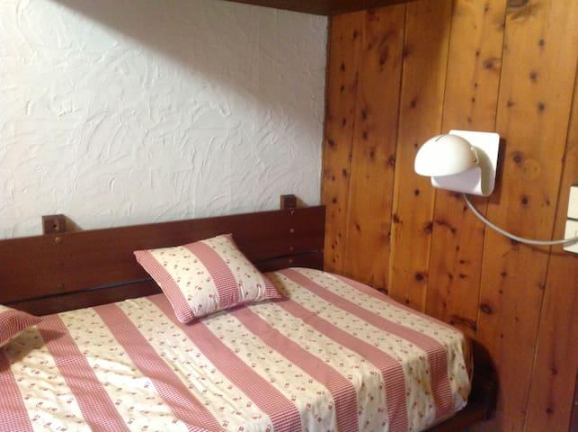 particolare stanza con letti singoli