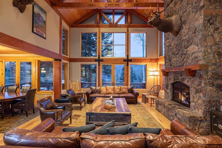 Spectacular 8-Bedroom Ski-in/Ski-out Luxury Home