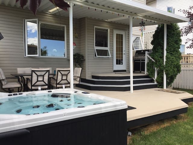 Comfy Home 1.5 hrs from Banff with Hot Tub & WI-FI