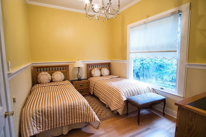 Cozy Double Twin 2 Blocks from Downtown Calistoga