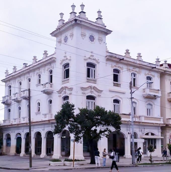 Edificio histórico en la Avenida 23, una de las arterias principales de la ciudad de la Habana, a una cuadra del parque Coppelia, el Hotel Habana Libre y la famosa Rampa que da acceso al Malecón.