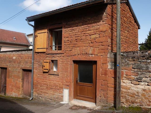 Petite maison typique des Pierres-Dorées