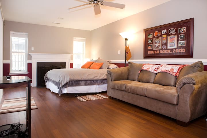 250 sq. ft. w/ Queen Bed, Couch, TV & Privacy - Edgewater