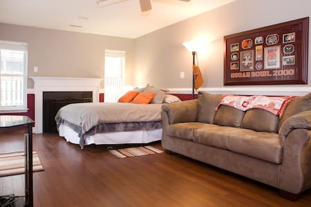 250 sq. ft. w/ Queen Bed, Couch, TV & Privacy - Edgewater - Complexo de Casas