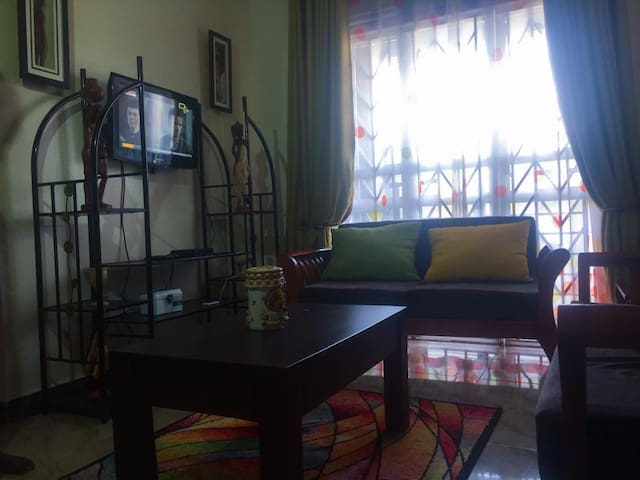 Tastefully decorated sitting room with cable tv