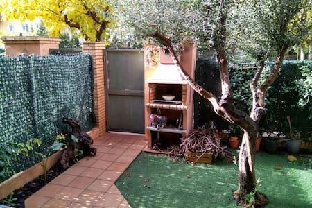 Habitación abuhardillada en casa - Figueres