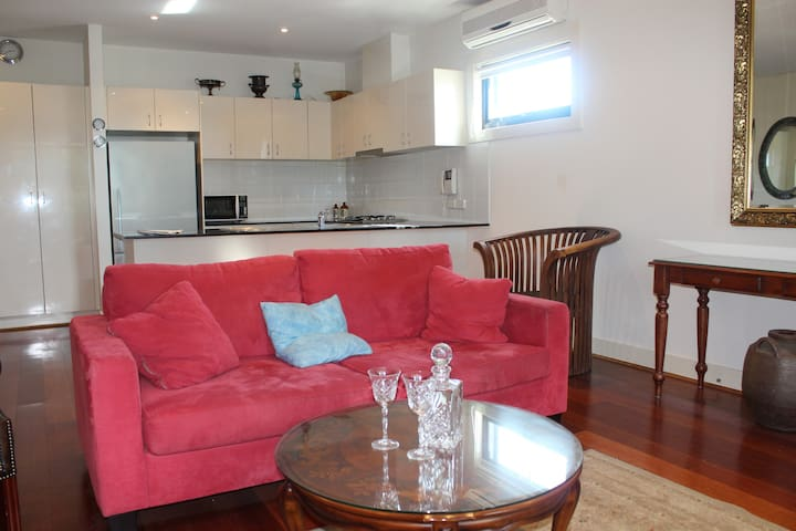 Williamstown Apartment  - Lovely in every way !!!