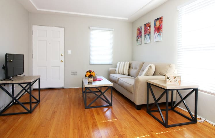 Uptown Cottage! Great Walkability!