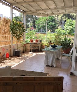Large single room with shared terrace & cat - Beiroet - Appartement