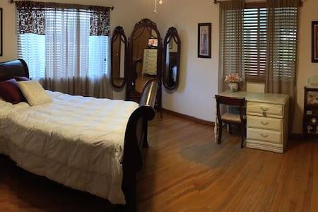 Private Room 1 Bed/Bath on Golf Course - Miami Springs