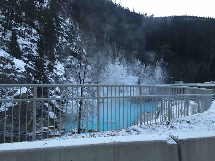 2BR/2 Bath- Hot Tub and Hot Springs are Open!