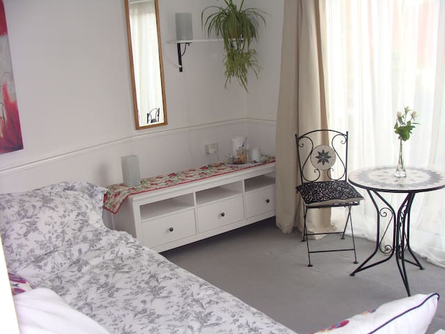 Light, furnished, en suite garden annex