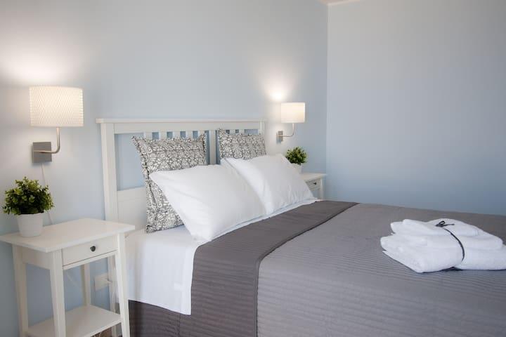 Camera letto matrimoniale + lettino piano -1 (vista mare)