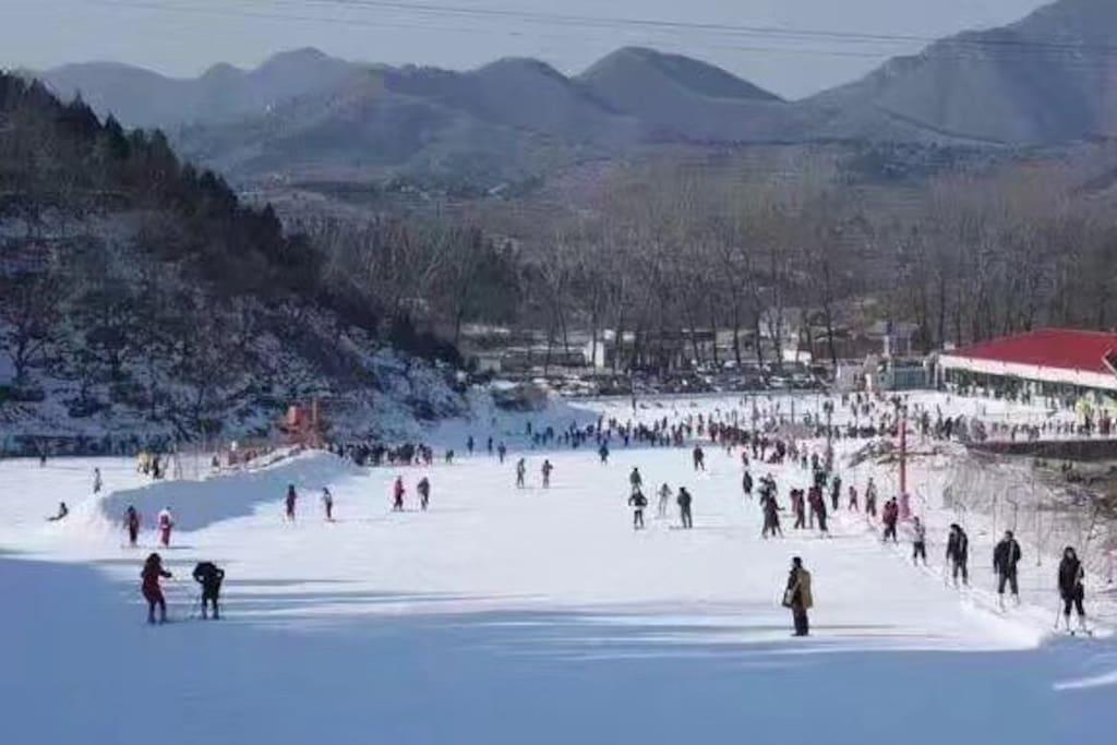 民宿周围有玉龙滑雪场、蓟州国际滑雪场、蓟州溶洞等