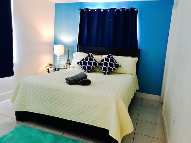 A private Bedroom near downtown & Universal