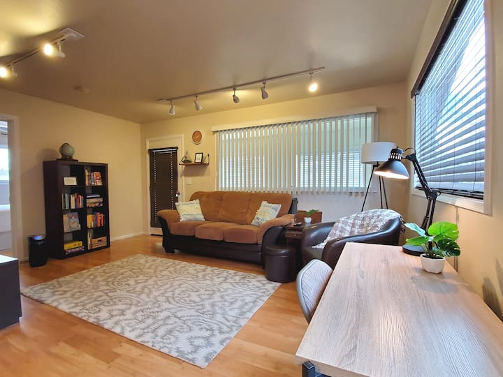 Private & Comfy Apartment (w/deck, laundry, wifi)