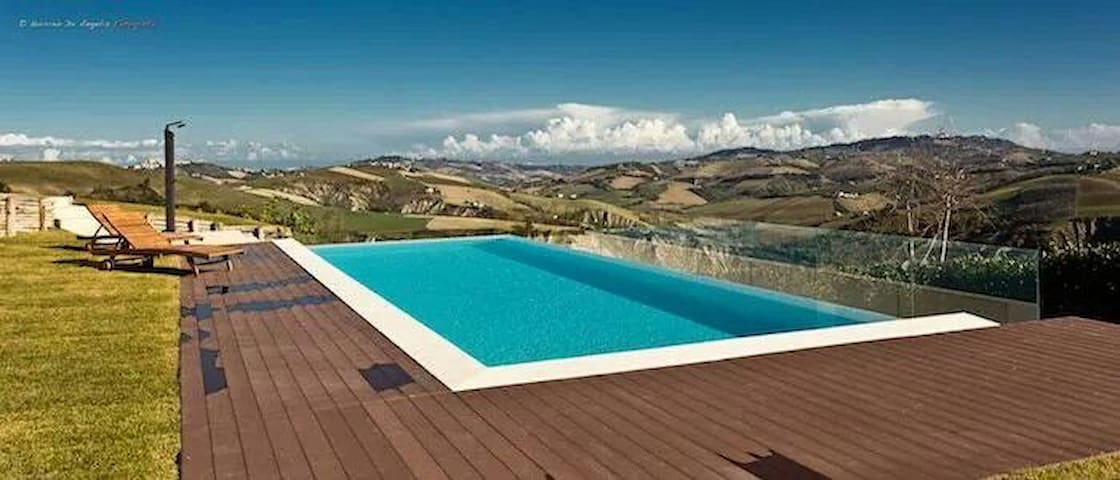 Casa con piscina tra le colline, Villa Cerqueto
