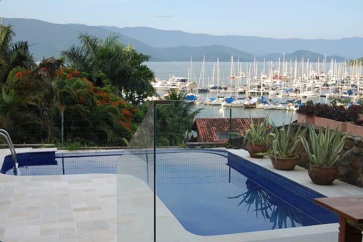 Casa em condomínio com vista para a Baía de Paraty