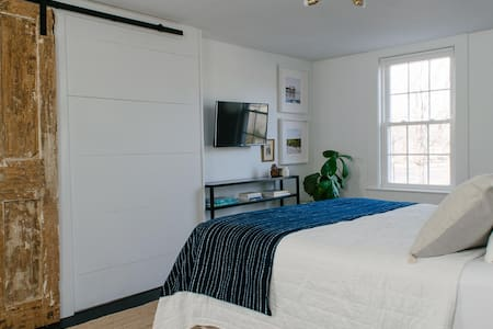 Bright 3-room suite minutes from Five College area