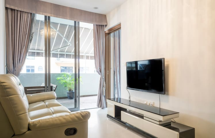 Bright & Clean 3BR, Spacious Balcony in City / MRT