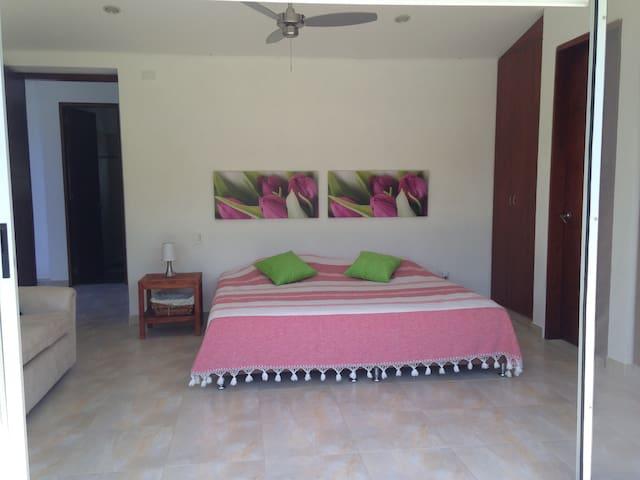 La Alcoba 1  tiene 1 cama king size y  una cama sencilla con nido adicional , el baño es privado y tiene ducha con vista descubierta. la idea es capturar la energía solar en tu piel a mediodía  mientras te duchas
