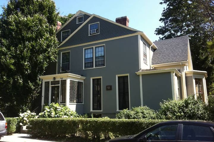 Charming in-town Victorian Cottage!